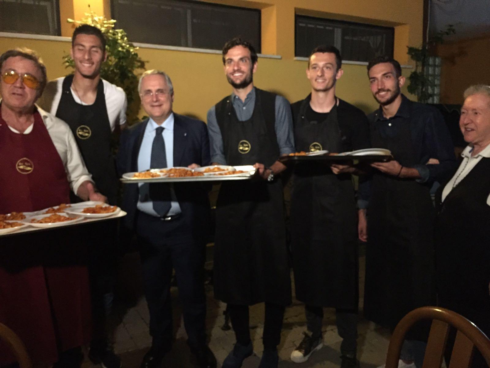 Lazio, Cataldi e Parolo camerieri per Amatrice con Suor Paola