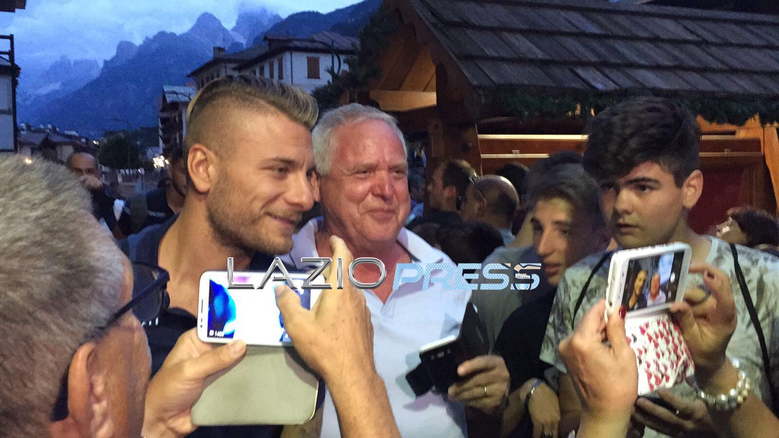 Lazio ad Auronzo, Keita chiede un passaggio ad un tifoso in bici
