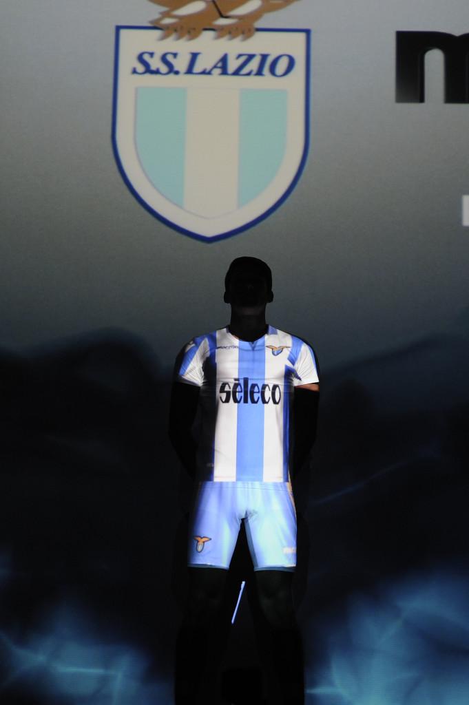 Il momento della presentazione della maglia scenografica Prsentazione Maglia ufficiale Lazio stagione 2017-2018 a Spazio Novecento © Marco Rosi Roma 6 - 07 - 2017